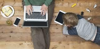 enfants avec une tablette tactile