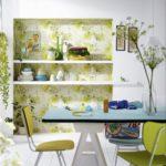Du papier peint végétal pour habiller le fond de votre vaisselier fait toute la différence!
